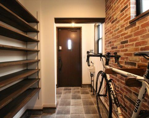 玄関に自転車を。